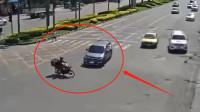 外卖小哥横冲马路,被小车司机撞倒,这个车祸谁的错更多?
