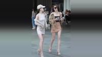 偶遇两个闺蜜身穿短裙在逛街,咋么感觉走路怪怪的,是不是腿受伤了?