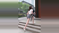 身穿短裤的小姐姐,腿长走台阶都是那么轻松,真是羡慕嫉妒恨啊
