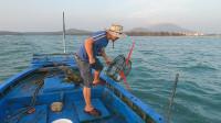 玉平开船出海大干一场,蟹笼里的惊喜一个接一个,把玉平乐坏了