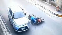 女司机骑摩托转弯不减速,结果悲剧了!
