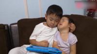 妹妹睡着了,哥哥在怀里默默撑着她,接下来的画面,太暖心了