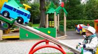 萌娃小可爱和玩具车一起玩跷跷板,真是有趣呢!小家伙可真会玩!
