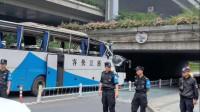幼儿园春游大巴车撞上桥墩 车头被削平十多名孩子受伤送医