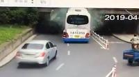 监控曝光!浙江一载30名儿童大巴车撞上桥墩 车头被削平玻璃全碎