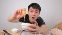 小伙把鸡蛋冷冻24个小时再煮,没想到做出一颗晶莹剔透的爆浆蛋