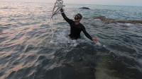 阿波跳入海中捞了一条大家伙,激动坏了,抓到一条鲨鱼也放了