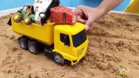 挖掘机玩具:挖掘机从泥沙里挖出校车,大客车,小汽车,清洗玩具车
