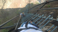 小伙爬大凉山悬崖村天梯,回头一看吓得直叫妈,要回家!(悬崖村钢梯第二段)