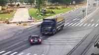 """大货车面对意外急刹冒烟,谁知轿车竟选择""""原地等死"""",监控拍下怵目惊心的一幕!"""