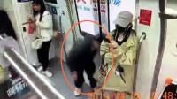 监拍:男子地铁上弯腰蹲地偷亲姑娘大腿