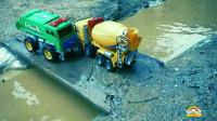 水泥罐车和垃圾回收车掉入水里,吊车来救援