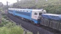 (成昆铁路)韶山4型电力机车牵引货列下行方向驶向沙湾站