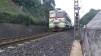 (成昆铁路)韶山3(4368)型电力机车牵引平板车专列下行方向驶向沙湾站