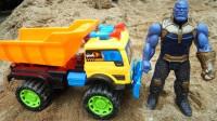 工程车玩具:水泥罐车和工程车掉入泥坑