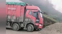 大货车拉这么多竟在这样的泥泞下坡拐弯处倒车?车技不一般啊