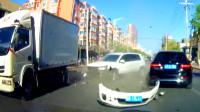 随意转弯,撞的车体分离,中国交通事故合集2019