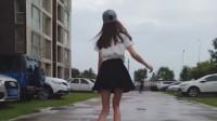 穿短裙的萌少女踩着滑板,是你飘了吗?