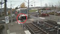 美国一女子带耳机横穿铁路遭碾压 家属索赔2460万
