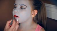国外小女孩美妆秀:妈妈帮女儿化妆打扮成了怪高娃娃模样
