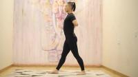 单腿前屈加强侧伸展式,可以很好的拉伸大腿后侧,并打开肩关节