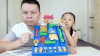 """父女试玩""""小贝历险记"""",这个玩具看起来好复杂,你能通关吗?"""