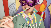 """妹子吃麻花一样的""""彩虹棒棒糖"""",色彩绚丽,漂亮又美味"""