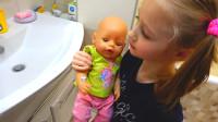 萌娃小可爱真是一位认真负责的小家长!小家伙把玩具宝宝们照顾的真好!