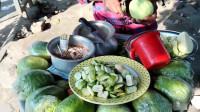 印度路边的特色美食,老板出售马萨拉番石榴,据说在当地非常受欢迎!