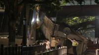 杭州一医院附近天桥遭超高货车撞塌 现场视频曝光