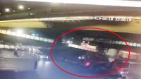 杭州一天桥被超高大货车撞塌 监控拍下惊险一幕