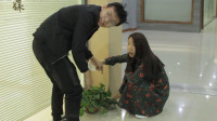 俩人在教室外面浇花,没想阴差阳错喊了全班的到,过程太逗了
