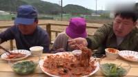 《韩国农村美食》韩国老妈做了海鲜大乱炖,放了好多海鲜,这下父子俩有口福了