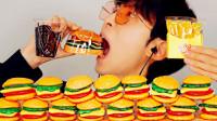 小哥吃流行汉堡糖,里面还夹着小熊软糖,隔着屏幕也想尝尝!