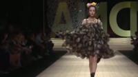 迪丽热巴走秀气场强大,丝毫不输专业模特,网友:就是裙子有点短