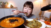 韩国大胃王吃一大碗泡菜汤,配上韭菜饼大口咀嚼,听声音真过瘾!