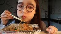 吃播小姐姐哎哟阿尤,炒菜跟泡菜饼吃的津津有味,声音超魔性