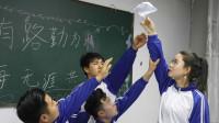 同学捡老师的情书在教室里朗读,结果老师害羞的不敢见人,太逗了