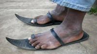 直击非洲轮胎拖鞋制作流程,10元一双卖到手软,还能定制超时髦