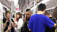 小伙在地铁和老婆打电话,美女都快笑出内伤来了,这小伙生活真悲催