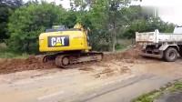 建设排水沟挖掘机派上大用场,这个水沟真的是宽!