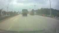 大货车直行,遇到另一个更大的货车转弯,撞得真狠啊!