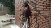 作死老外在路上布置砖墙,恶作剧上班路人会怎样? 结果有点意想不到