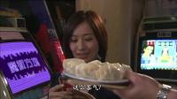 潜行狙击:美女打游戏胜出,大爷请她吃东西,竟是二锅头配锅贴!
