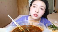 新疆吃播:家常麻辣烫也能吃出新滋味,看她被辣的样子,好可爱!