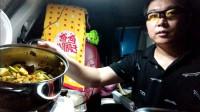 晚上了给大家看看我是怎么在车里炒菜的,自驾寻黄河发源地第一站,毛主席视察黄河纪念碑景点安营扎寨