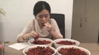办公室小野 美女在爆米花popper中烹饪小龙虾!