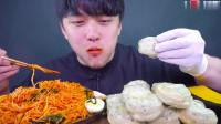 大嘴小哥哥的韩式凉拌面与大蒸饺的吃播,蒸饺一口一个,真带劲