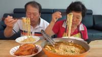 """韩国吃播:两口子在泰国旅游,想吃""""韩国辣味方便面"""",吃得真香"""