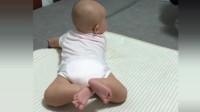 标准的蛙泳腿,萌宝这体力也太好了吧